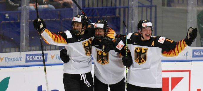 Němečtí hokejisté se radují ze vstřelené branky v zápase s Američany