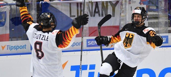 Německý útočník John-Jason Peterka (vpravo) se raduje z gólu, který vstřelil českému týmu