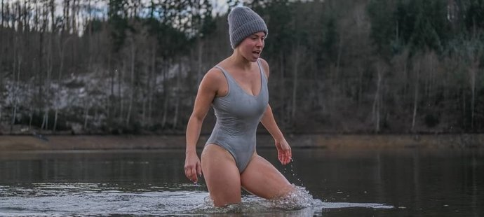 Eva Samková miluje otužování. Nevadí jí ani ledová voda, která má dva stupně