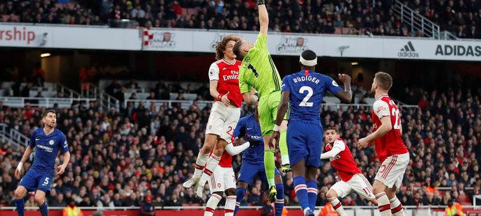 Chyba brankáře Arsenalu Bernda Lena rozhodla o další ztrátě Arsenalu. Německý gólman podskočil centr Masona Mounta.
