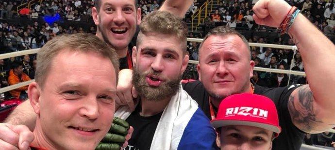 Oslavy Jiřího Procházky s týmem poté, co rychle porazil Američana C.B. Dollawaye
