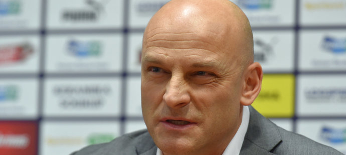 Adrián Guľa na úvodní tiskové konferenci v Plzni