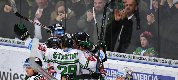 Hokejisté Mladé Boleslavi se radují z puku v brance kladenského brankáře Denise Godly.