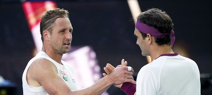 Roger Federer ve čtvrtfinále Australian Open porazil Američana Tennyse Sandgrena 6:3, 2:6, 2:6, 7:6 a 6:3.