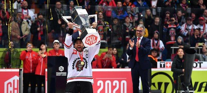 Kapitán Frölundy Joel Lundqvist zvedá nad hlavu pohár pro vítěze Ligy mistrů