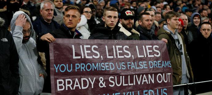 Lži, lži, lži... Fanoušků West Hamu se vůbec nelíbí, kam jejich klub směřuje