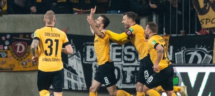 Český záložník Josef Hušbauer ve chvíli, kdy za Drážďany vstřelil svůj premiérový gól ve druhé bundeslize