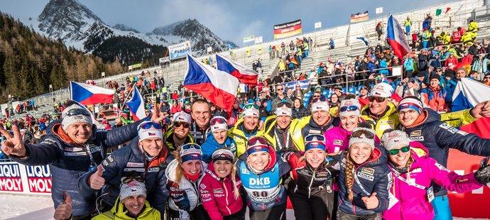 Společná fotografie s celým českým týmem nesměla chybět, z úspěchu Lucie Charvátové měli všichni velkou radost