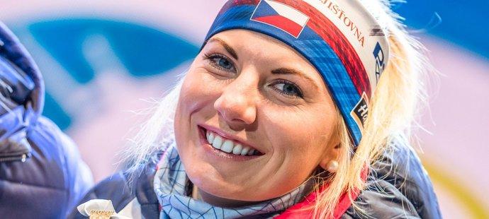 Zářivý úsměv roztáhla Lucie Charvátová, když na večerním ceremoniálu pózovala s bronzovou medailí ze sprintu