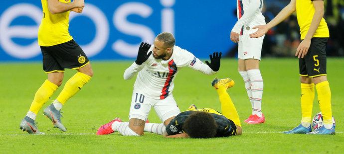 Neymar dostal v Dortmundu žlutou kartu