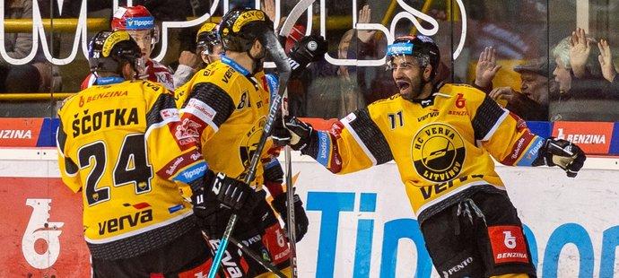 Hokejisté Litvínova v čele se Samsonem Mahbodem se radují z dalšího gólu do sítě Vervy