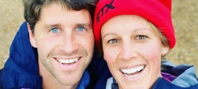 Jedna z nejlepších pozemních hokejistek na světě Alex Dansonová-Bennettová s manželem