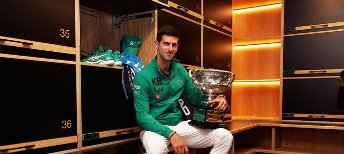 Novak Djokovič s pohárem pro šampiona Australian Open 2020