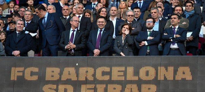 Prezident Barcelony Josep Maria Bartomeu při utkání s Eibarem, kdy se na světelné tabuli pod ním objevil miniaturní znak Realu Madrid