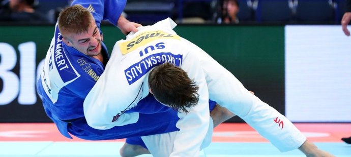 Judista David Klammert (v modrém) sbírá důležité body do olympijské kvalifikace (archivní foto)