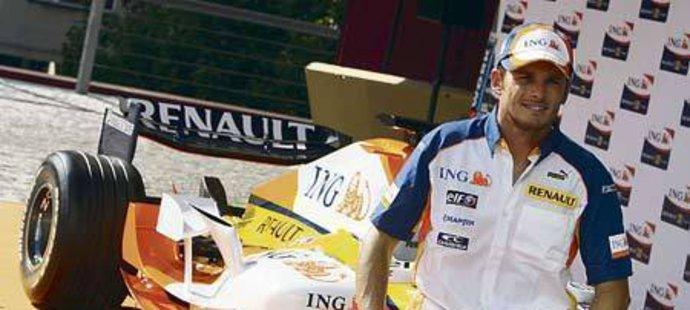 Fisichella před zbrusu novým vozem R27 ochotně zapózoval.