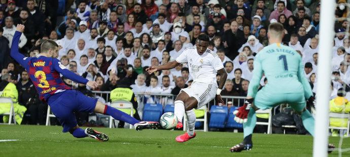 Vinícius dal rozhodující gól zápasu přes Piquého