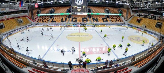 Švýcaři začali kvůli koronaviru jako první hrát ligu bez diváků, následně ji do 15. března přerušili.
