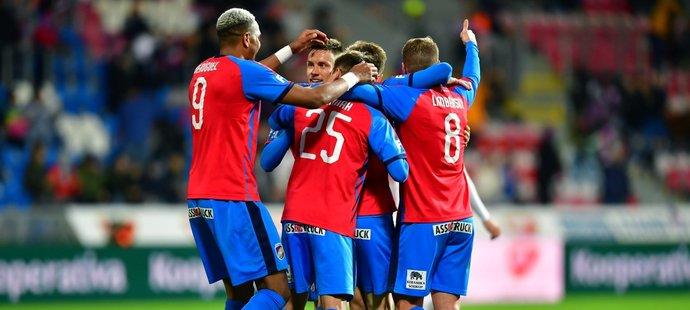 Fotbalisté Plzně se radují z branky ve čtvrtfinále MOL Cupu