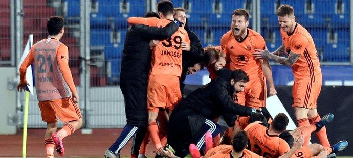 Fotbalisté Mladé Boleslavi oslavují třetí vstřelenou branku v zápase s ostravským Baníkem