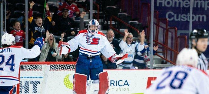 Český brankář Lukáš Pařík se stal prvním gólmanem ve WHL, který v jednom utkání vychytal čisté konto a zároveň skóroval.