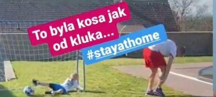 Fotbalista Plzně David Limberský během nucené pauzy tráví čas s rodinou, došlo i na fotbal. Při hře to pěkně schytal od své dcery, který se ho snažila zastavit parádním skluzem.