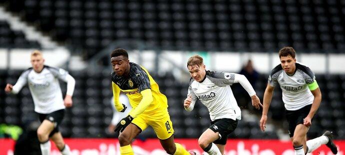 Teprve patnáctiletý útočník Borussie Dortmund Youssoufa Moukoko se snaží proadit před bránu