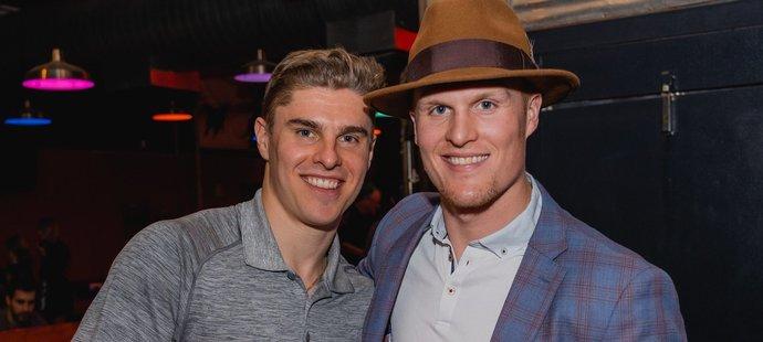 Hokejista Edmontonu Colby Cave (vpravo) skončil kvůli krvácení do mozku na jednotce intenzivní péče.