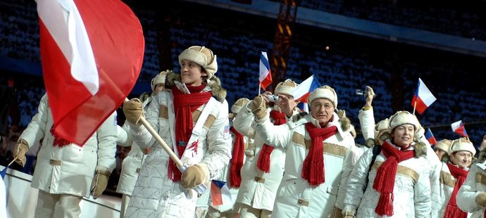2006. Slavnostní zahájení olympiády v Turíně.  Martina Sáblíková jako vlajkonoška české výpravy.