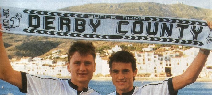 Luboš Kubík a Ivo Knoflíček pózují v dresech Derby County, za které nakonec nikdy oficiálně nehráli...