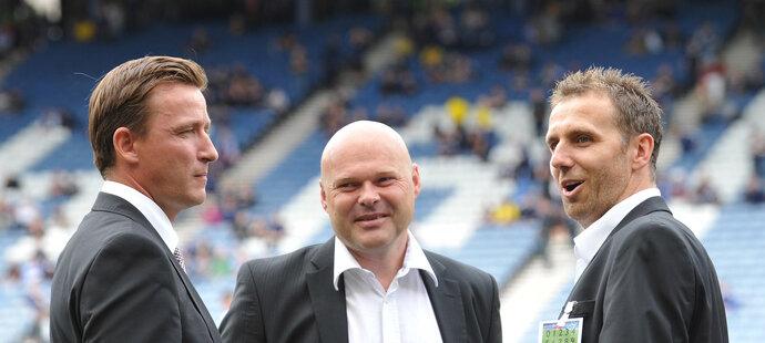 Fotbaloví internacionálové Karel Poborský a Vladimír Šmicer v rozpravě s Pavlem Kolářem