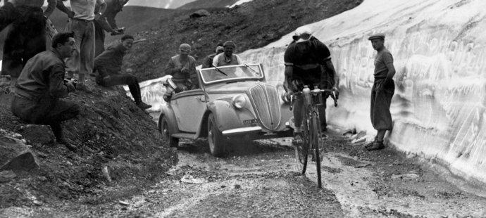 V roce 1939 Gino Bartali při stoupání během Tour de France. Jelo se spíš po horských cestách než asfaltových silnicích.