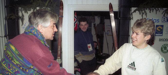 1994. Kateřina Neumannová se zdraví s hokejovým trenérem Ivanem Hlinkou na olympiádě v Lillehammeru.