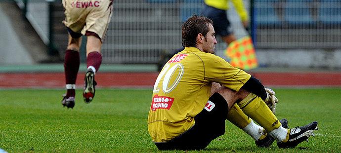 Smutek brankáře Radima Nováka z Ústí při druholigovém utkání na Dukle v sezoně 2009/10