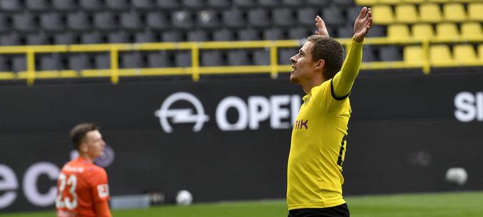 Thorgan Hazard slaví gól před prázdnými tribunami