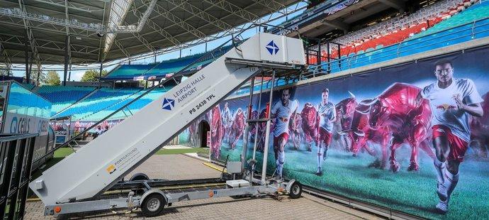 Lipsko využilo k překonání výšky mezi tribunou a hřištěm letištní schody