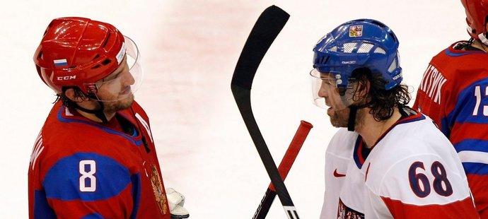 Alexandr Ovečkin a Jaromír Jágr se zdraví po vítězném zápase Rusů na olympiádě ve Vancouveru, ve kterém ruský snajpr českou legendu zničil