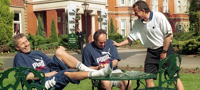 1996. Jako manažer reprezentace byl Miroslav Pelta podepsaný pod stříbrem z EURO v Anglii. Na snímku s tehdejším místopředsedou fotbalového svazu Luďkem Macelou a asistentem trenéra Vernerem Ličkou.