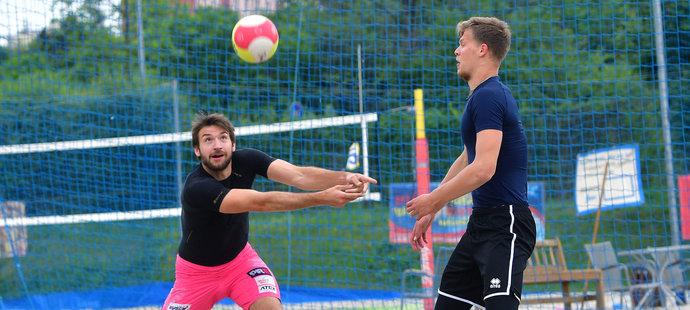 Jana Hadravu a Donovana Džavoronoka čeká turnaj v beach volejbale v Praze