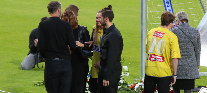 V Ústí nad Labem se pozůstalí, spoluhráči, kamarádi i fanoušci naposledy rozloučili s gólmanem Radimem Novákem, který 12. května podlehl těžké nemoci