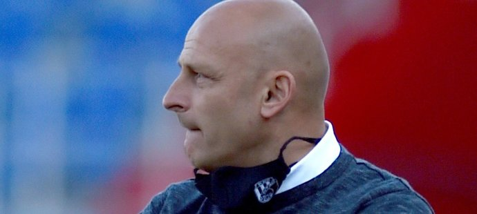 Plzeňský trenér Adrian Guľa během utkání proti Baníku, Viktoria si z Ostravy odvezla výhru 2:0