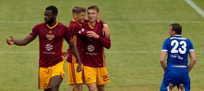 Fotbalisté Dukly se radují z druhé branky utkání proti Vyšehradu, kterou vstřelil Ondřej Ullman