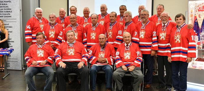 Bývalí českoslovenští hokejoví reprezentanti, kteří v roce 1976 postoupili do finále Kanadského poháru, stali se mistry světa a získali stříbrné medaile na olympijských hrách. Jiří Novák v horní řadě druhý zleva.