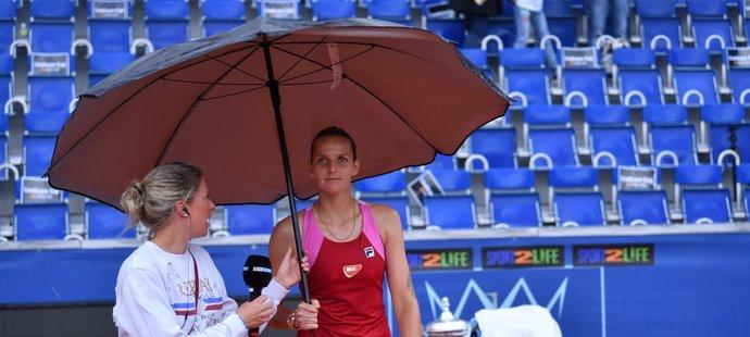 Finálový zápas se stihl dohrát těsně před deštěm, na rozhovor už Karolína Plíšková přišla s deštníkem