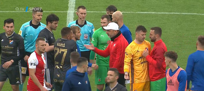 Po zápase Baník - Slavia si reálné i domnělé křivdy vyříkávali aktéři zápasu přímo na trávníku
