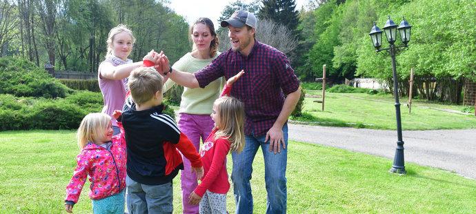 Olympijští medilisté Emmonsovi žijí společně se svými čtyřmi dětmi v obci Svinná