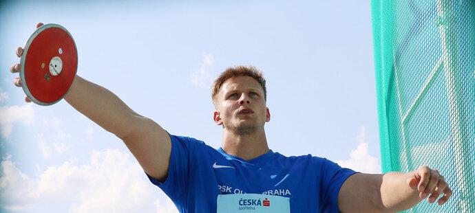 Sedmadvacetiletý český diskař Marek Bárta už dvakrát vylepšil osobní rekord a ve středu v Edenu se navzdory dešti dostal na parádní výkon 64,40 metru.
