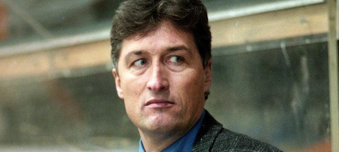 1996. Miloš Říha na střídačce Pardubic v zápase na Spartě.