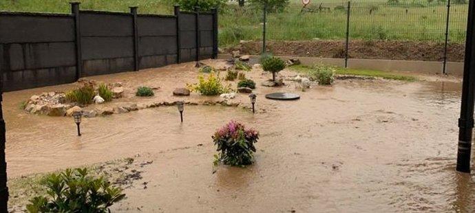 Zahrada rychlobruslařky Martiny Sáblíkové skončila po mohutném dešti pod vodou