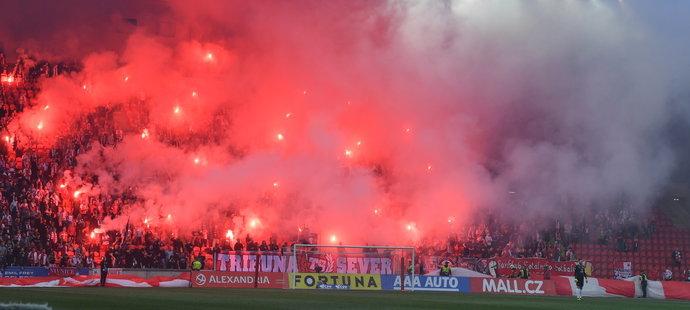 Pyrotechnická vložka během zápasu Slavia - Plzeň